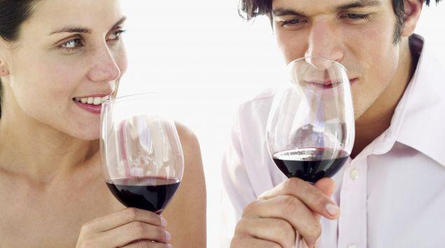 Das Bild zeigt einen Mann und eine Frau, die Wein trinken.