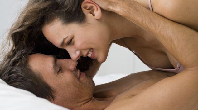 Das Bild zeigt ein Paar im Bett.
