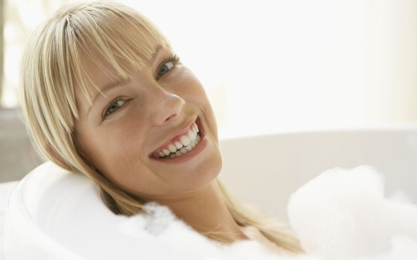 Das Bild zeigt eine lachende Frau.