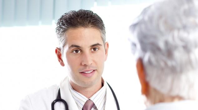 Ein Patient im Gespräch mit einem Arzt.