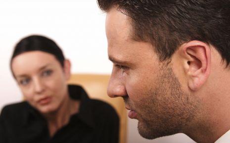 Ein Mann erzählt etwas, eine Frau hört ihm zu.