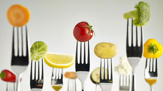 Das Bild zeigt viele Gabeln, auf denen diverse Gemüse aufgespiesst sind.