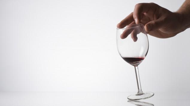 Das Bild zeigt ein Glas Rotwein.