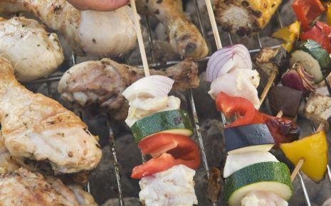 Gesund grillen: Grillgut auf einem Grill.