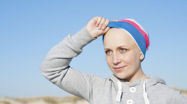 Man sieht eine Frau, die eine Mütze trägt.
