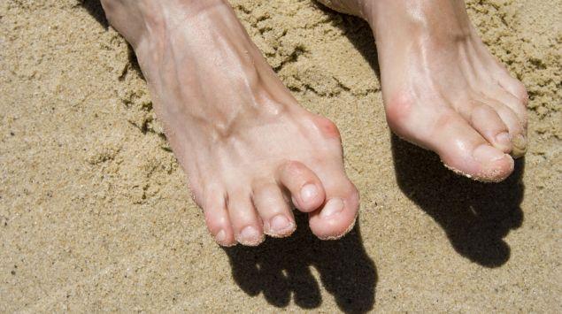 Das Bild zeigt Füße im Sand.