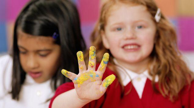 Das Bild zeigt ein Mädchen mit Farbe an der Hand.
