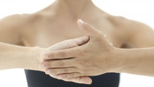 Das Bild zeigt die Hände vor dem Körper einer Frau.