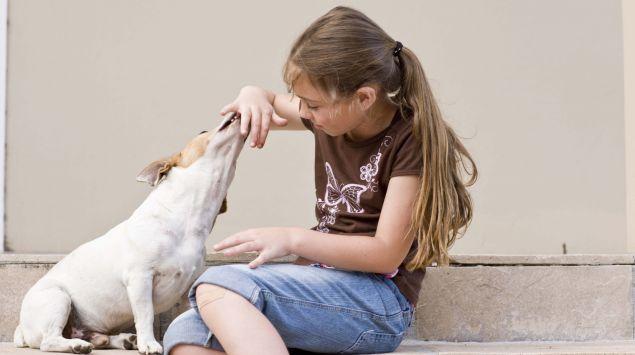 Das Bild zeigt ein Mädchen und einen Hund.