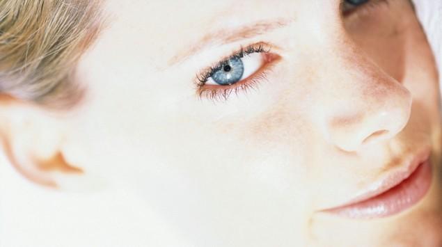 Man sieht eine Frau mit hellem Hauttyp.