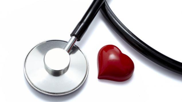Das Bild zeigt ein Stethoskop und ein Herz.
