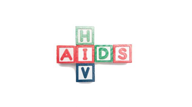 Man sieht die Begriffe AIDS und HIV aus Buchstaben gelegt.