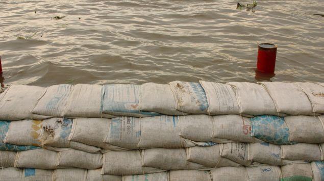 Das Bild zeigt Wasser und Sandsäcke.