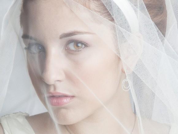 Man sieht eine verschleierte Braut.