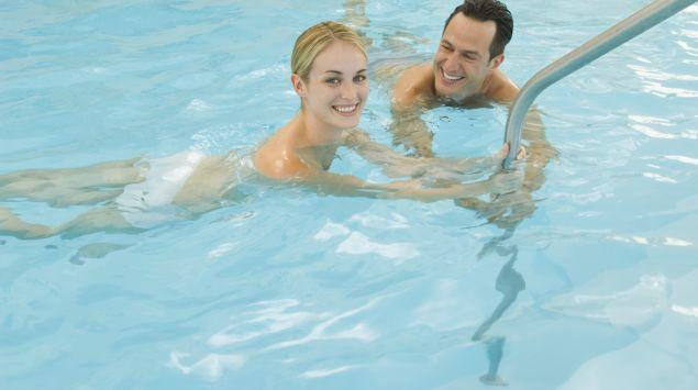Das Bild zeigt ein Paar im Schwimmbecken.