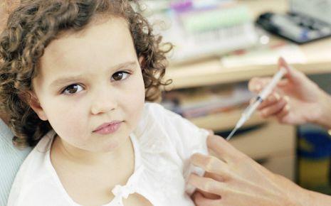Lungenentzündung: Das Bild zeigt ein Kind, das eine Spritze bekommt.