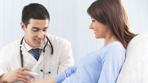 Das Bild zeigt eine junge Frau, die geimpft wird.