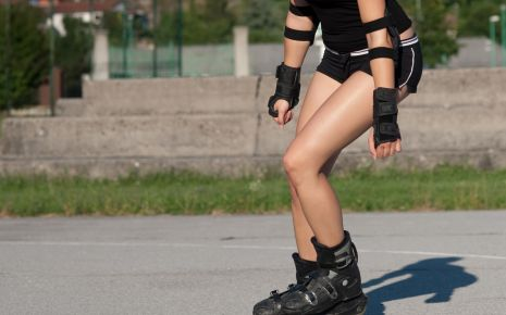 Schleimbeutelentzündung: Eine Frau fährt Inliner.