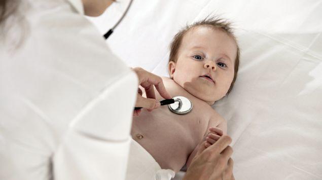Das Bild zeigt ein Kleinkind bei einer Untersuchung.