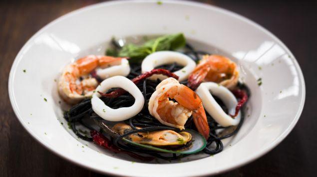 Das Bild zeigt einen Teller mit Meeresfrüchten.