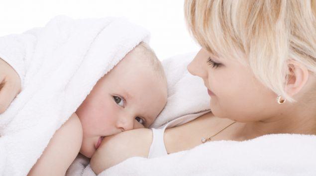 Das Bild zeigt ein Baby, das gestillt wird.