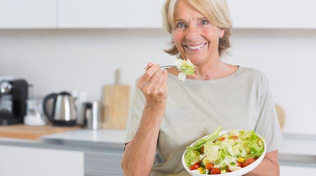 Das Bild zeigt eine ältere Faru, die einen Salat isst.