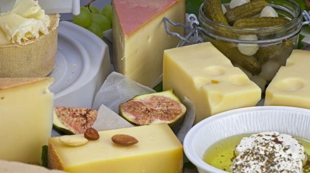 Man sieht verschiedene Käsesorten.