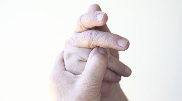 Das Bild zeigt eine Person, die ihre Hand hält.