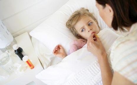 Das Bild zeigt ein krankes Mädchen im Bett.
