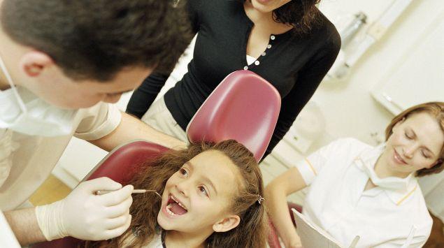Ein kleines Mädchen auf dem Behandlungsstuhl eines Zahnarztes