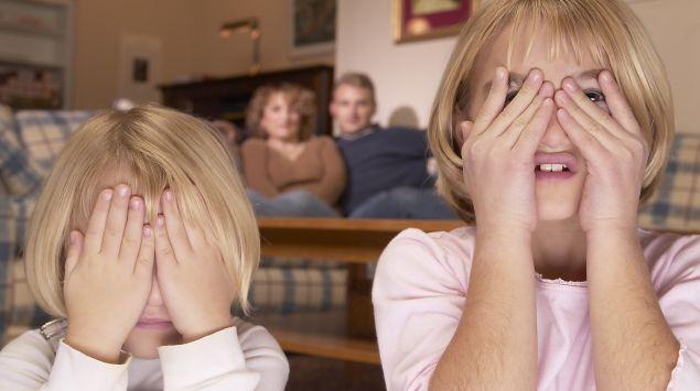 Das Bild zeigt Mädchen, die sich die Augen zuhalten.