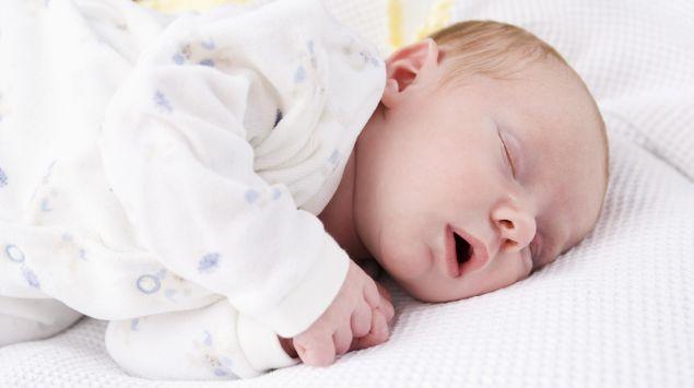 Das Bild zeigt ein Neugeborenes.