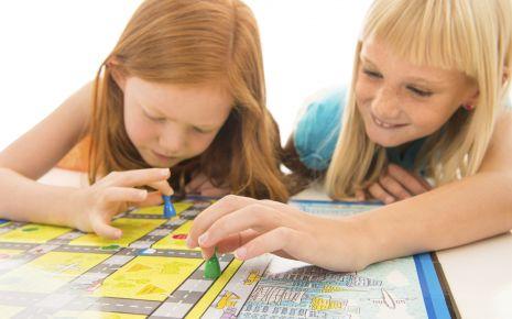 Das Bild zeigt Mädchen, die ein Spiel spielen.