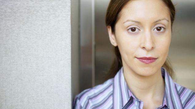 Das Bild zeigt eine Frau vorm Aufzug.