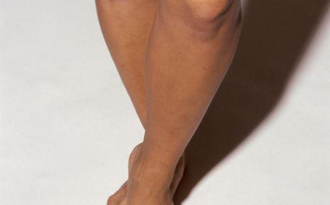 Man sieht die nackten Beine einer Person.