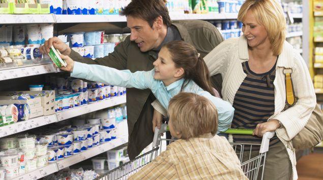 Das Bild zeigt eine Familie beim Einkaufen im Supermarkt.