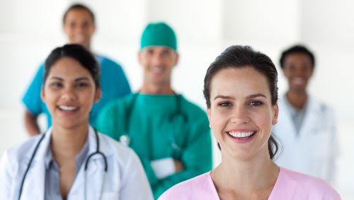 Das Bild zeigt ein Team mit mehreren Ärzten.