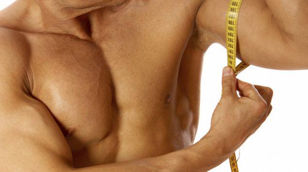 Das Bild zeigt einen Mann, der den Umfang seines Armes misst.