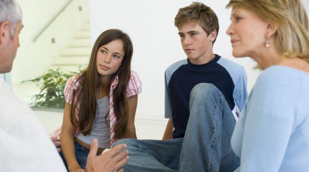 Das Bild zeigt eine Familie im Gespräch.