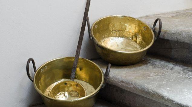 Das Bild zeigt Kupfertöpfe.