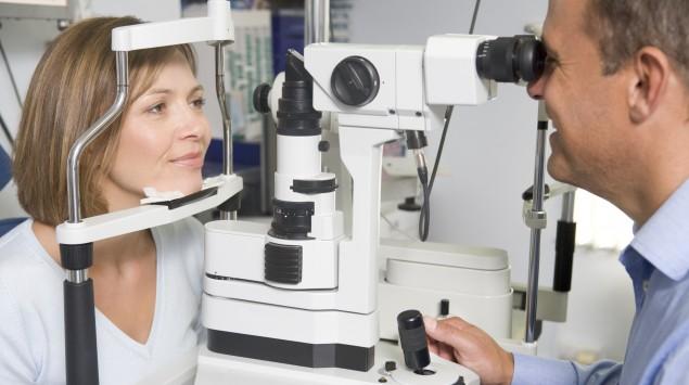 Das Bild zeigt eine Augenuntersuchung an einer Frau.