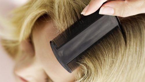 Man sieht eine Frau, die sich die Haare kämmt.