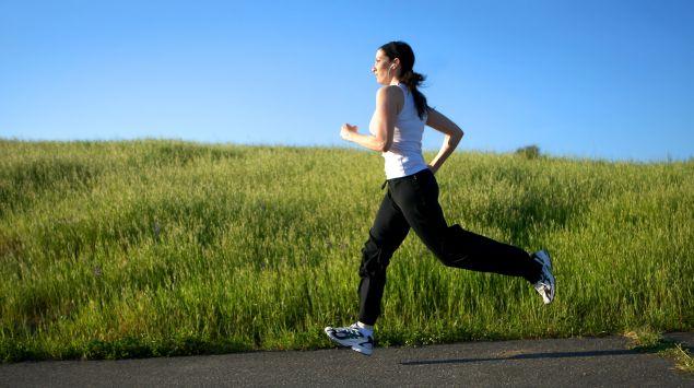 Das Bild zeigt eine joggende Frau.