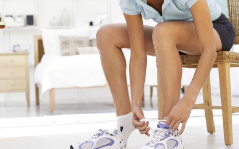 Eine Frau probiert einen Laufschuh in einem Sportgeschäft an.