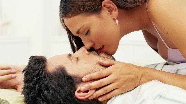 Das Bild zeigt ein sich küssendes Paar.