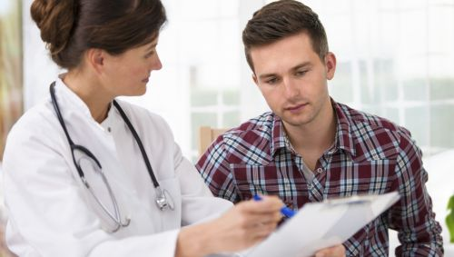 Das Bild zeigt eine Ärztin mit einem Patienten.