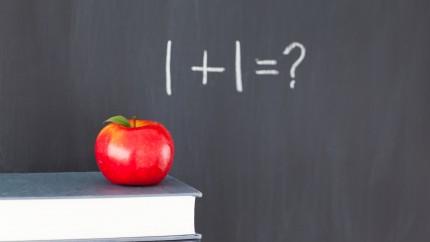 Apfel vor Tafel