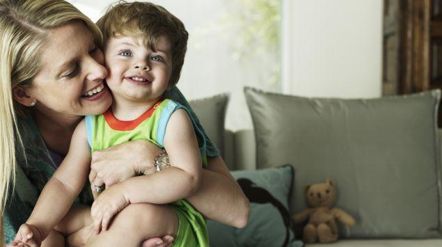 Das Bild zeigt eine Frau und einen Jungen grün eingefärbt.