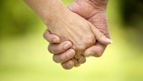 Ein Paar hält sich an den Händen.