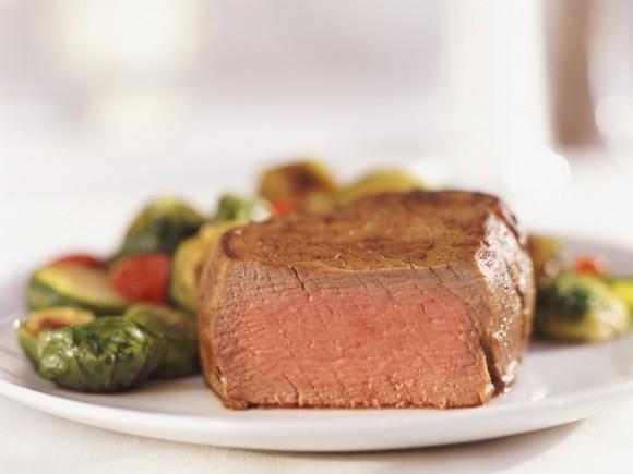 Das Bild zeigt gebratenes Fleisch und Gemüse.